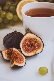 Осенняя атмосфера горячий чай и фрукты