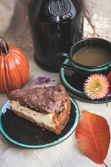 Осенняя атмосфера чай и кофе с вкусным тортом на деревянной поверхности