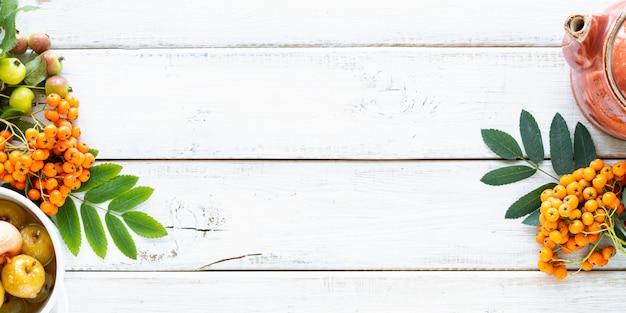 秋の背景。白い木製のテーブルの砂糖シロップの楽園りんご。トップビュー