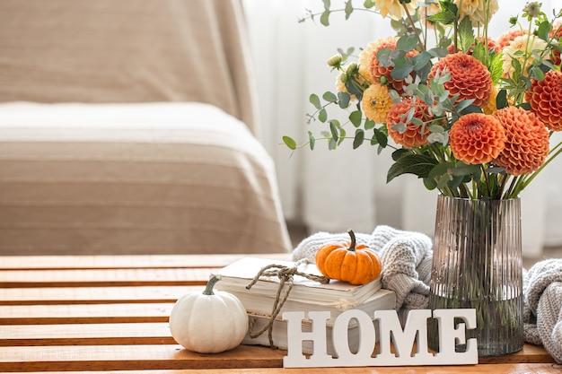 菊とカボチャのコピースペースの花束と秋の背景
