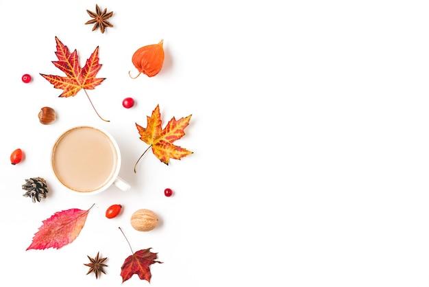 커피 컵, 단풍, 꽃, 견과류와 열매가 격리 된 가을 배경