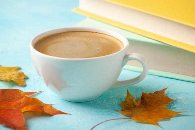 ブラックコーヒー、紅葉、本のカップと秋の背景