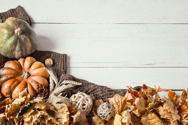 装飾品とカボチャと秋の背景。