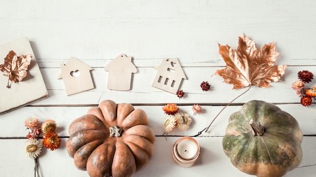 さまざまなオブジェクトとカボチャと秋の背景。フラットレイ。