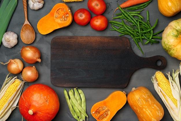 新鮮な野菜と秋の背景