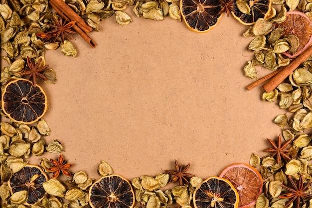 황금빛 잎, 말린 과일, 계피, 아니스가 있는 가을 배경. 텍스트 또는 디자인을 위한 공간입니다.