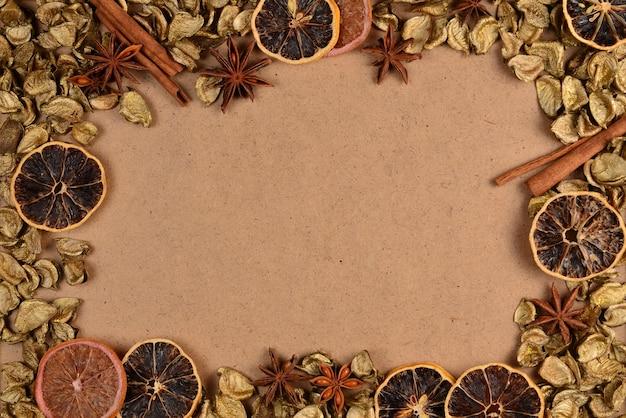 黄金の葉、乾燥したフルート、シナモン、アニスと秋の背景