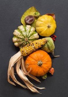 黒いテーブルトップビューでカボチャと秋の背景