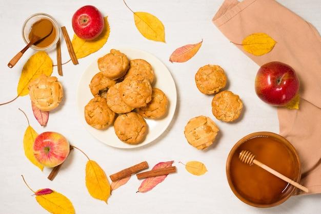 季節のリンゴとシナモンの蜂蜜と秋のベーキングコンセプト。