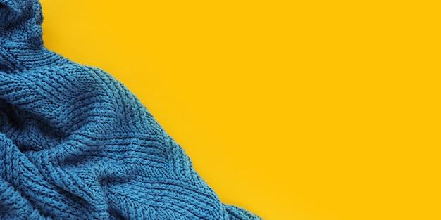 黄色の折り目が付いた秋のバナーブルーニットチェック柄、上面図
