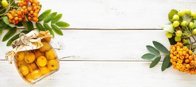 秋のバナー。白い木製の背景に砂糖シロップの楽園りんご。収穫。パラダイスアップルジャム。上面図。コピースペース。
