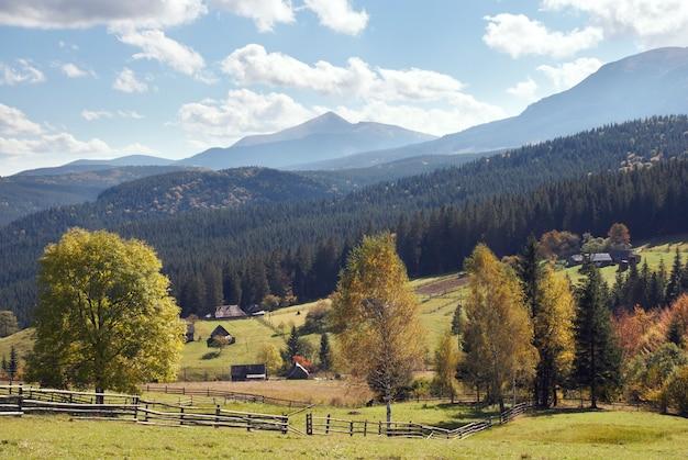 秋の始まりと小さな田舎の村の郊外