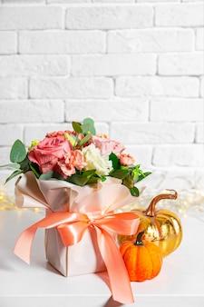 Осенний букет цветов и тыкв на белом фоне с красивым боке свободного пространства для