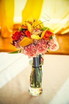 Осенний букет цветов украшает праздничный стол в ресторане.