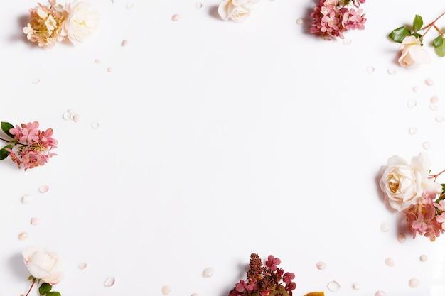 赤、バーガンディ色の花の秋の花束。バラ、あじさい。白い背景の花の構成。