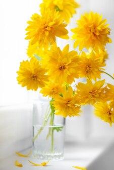 Осенний букет из золотых цветов