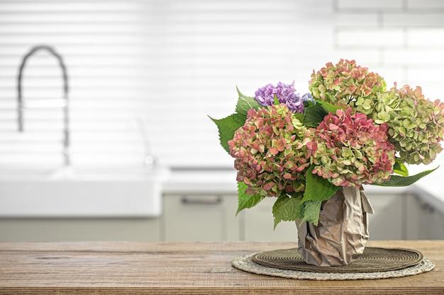 インテリアデザインのコピースペースの一部としてキッチンテーブルに秋の花束。