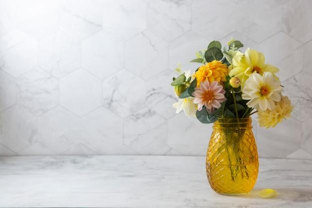 新鮮なダリアの黄色、白、ピンクの花と秋の花束。スペースをコピーします。