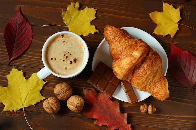 秋の朝食:カプチーノ、クロワッサン、チョコレート