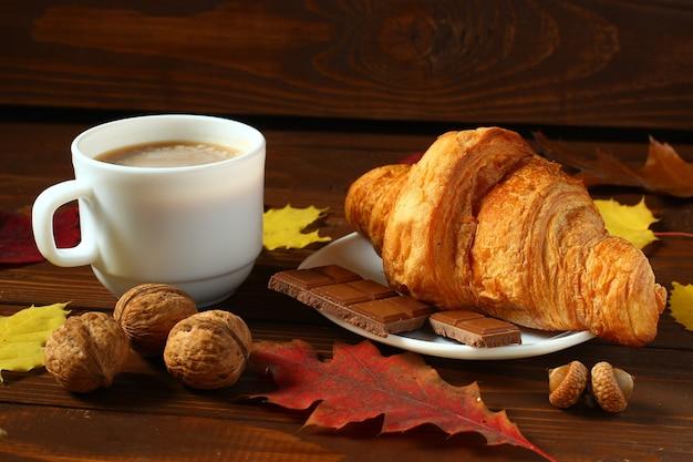 秋の朝食:ラテ、クロワッサン、チョコレート