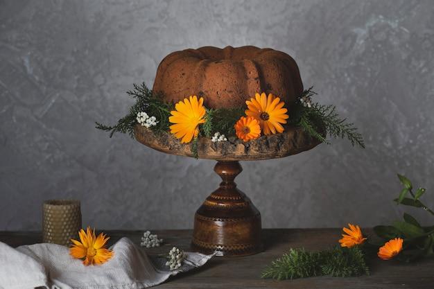 素朴なテーブルにカボチャと秋のバントケーキ