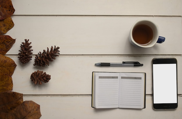 흰색 바탕에 빈 화면 노트북과 차 한잔이 있는 가을 비즈니스 개념 스마트 폰