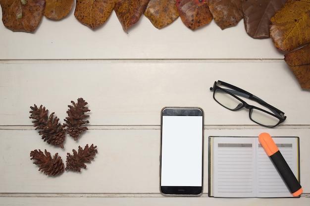 가 비즈니스 개념입니다. 흰색 바탕에 빈 화면, 노트북, 안경이 있는 스마트 폰
