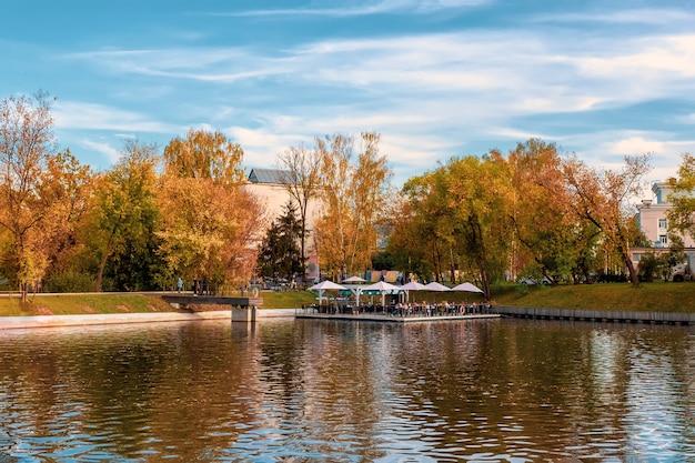 水上の秋のカフェ。 vdnh、モスクワ。 Premium写真
