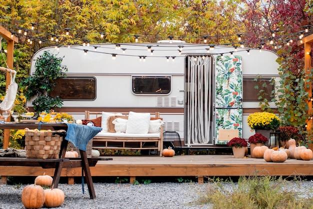 가을캠핑. 트레일러는 가을 꽃, 호박, 장식으로 장식되어 있습니다.