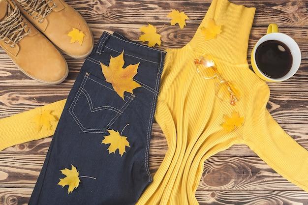 秋の服。秋の女性のワードローブ。女性服のトップビューショット。