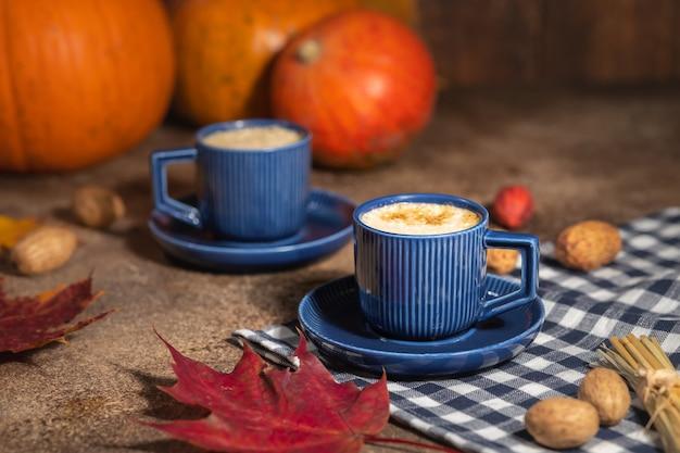 秋のコーヒーの静物、青いカップのコーヒー