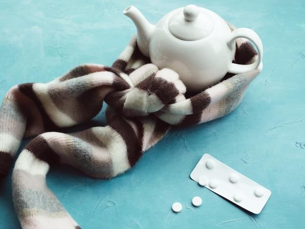 秋の風邪やインフルエンザの治療。病気に対するホットドリンク。ヘルスケア医学の概念