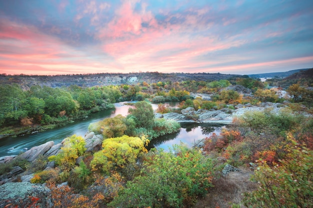 Осенний красочный лес на берегу