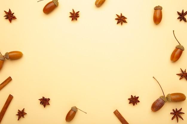 秋の構成。どんぐり、松ぼっくり、アニススター。フラットレイ、上面図、コピースペース