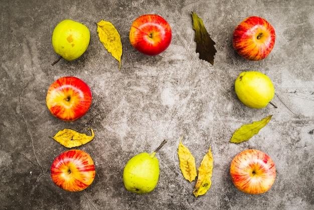 Composizione autunnale di mele e foglie