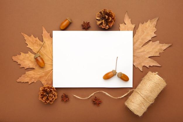 秋の構成。紅葉ととうもろこし、松ぼっくり、アニススター。フラットレイ、上面図、コピースペース