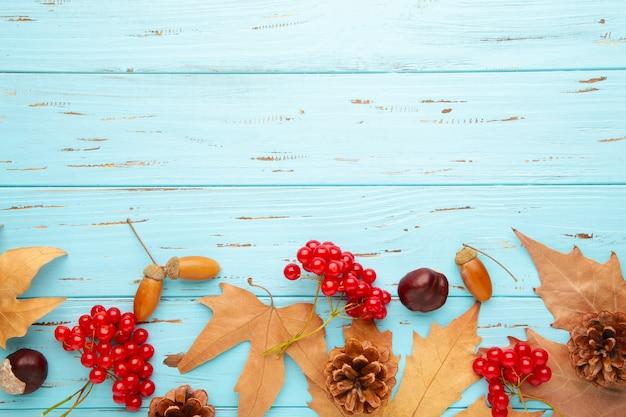 가을 구성. 단풍과 옥수수, 솔방울, 아니스 스타.