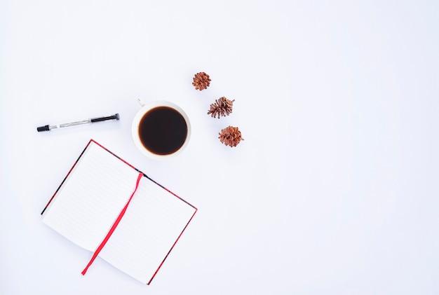 Осенняя композиция. чашка кофе, сухие листья, книга и ручка на белом фоне. осень, осенняя концепция. плоская планировка, вид сверху, копия пространства