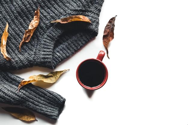 白い背景の上のコーヒーセーターの秋の構成カップ