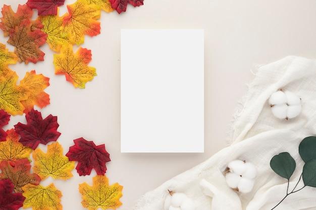 秋の構成、乾燥した葉。ベージュの背景に綿の花と松ぼっくり。フラットレイ、コピースペース付きの上面図