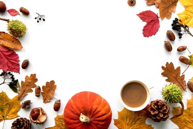 가 구성입니다. 흰색 배경에 격리된 말린 잎, 호박, 솔방울, 딸기, 밤, 도토리로 만든 프레임입니다. 템플릿 모형 가을, 할로윈. 평평한 위치, 복사 공간 배경.