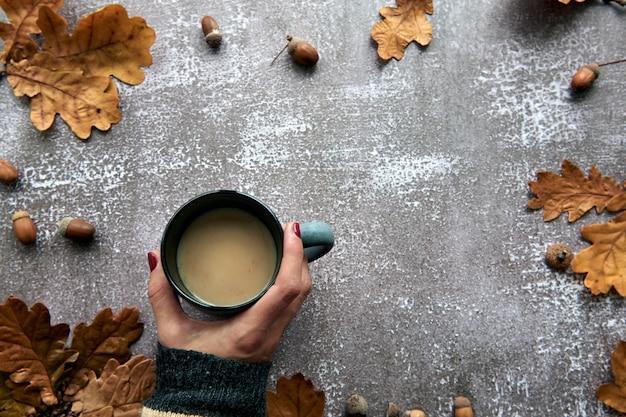 가 구성입니다. 호박, 말린 잎, 솔방울, 테스 컵 배경으로 만든 프레임입니다. 템플릿 가을, 가을, 할로윈, 추수 감사절 개념. 평면 위치, 평면도, 복사 공간 배경