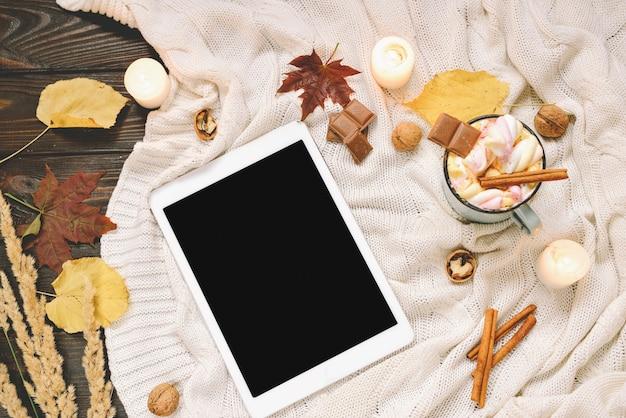 마쉬 멜 로우, 견과류, 계 피, 격자 무늬, 사과와 말린 단풍, 코코아 머그잔으로 만든 가을 구성