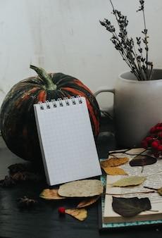 暗い背景、居心地の良い雰囲気、お茶、本、葉の秋の構成