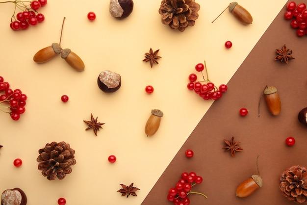 Осенняя композиция на коричневом. узор из осенних листьев, желудя, шишек. плоская планировка, вид сверху.