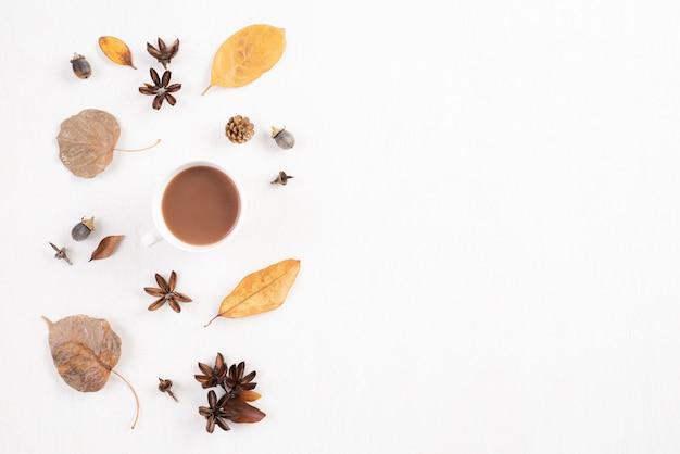 白い背景の上の秋の組成物。フラット横たわっていた、トップビューコピースペース。