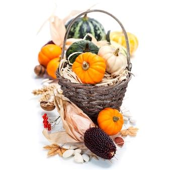 Осенняя композиция. тыквы и кукуруза на старом деревянном столе. концепция дня благодарения
