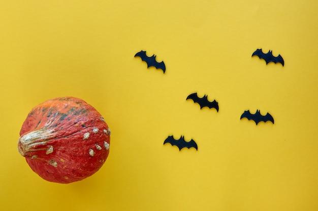 秋の構成。カボチャと装飾的なコウモリの背景。テンプレート秋、秋、ハロウィーン、収穫感謝祭のコンセプト。フラットレイ、上面図、コピースペースバナー