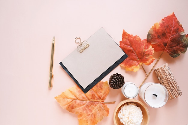 キャンドル、葉、グリーティングカードと秋の組成