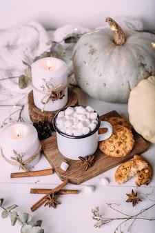 マシュマロクッキーカボチャとキャンドルとココアの秋の構成